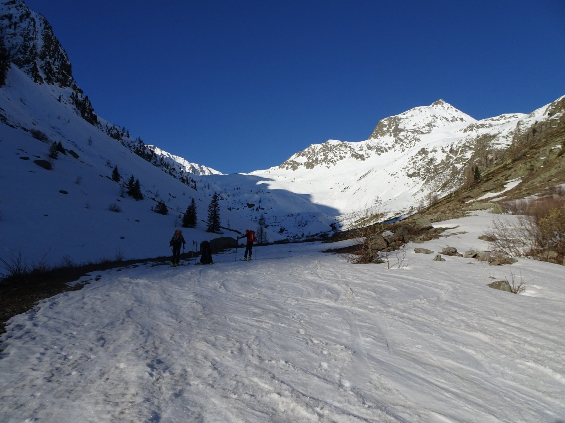 Si calzano gli sci in salita