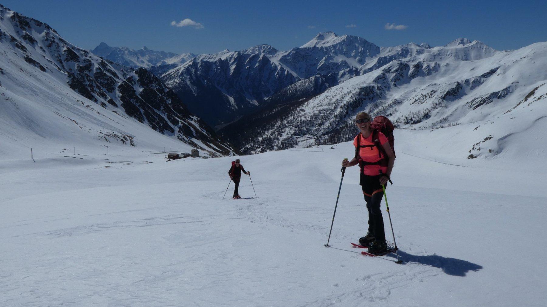Laura e Anna Maria in salita nel pianoro verso l'alpeggio Montagna Baus
