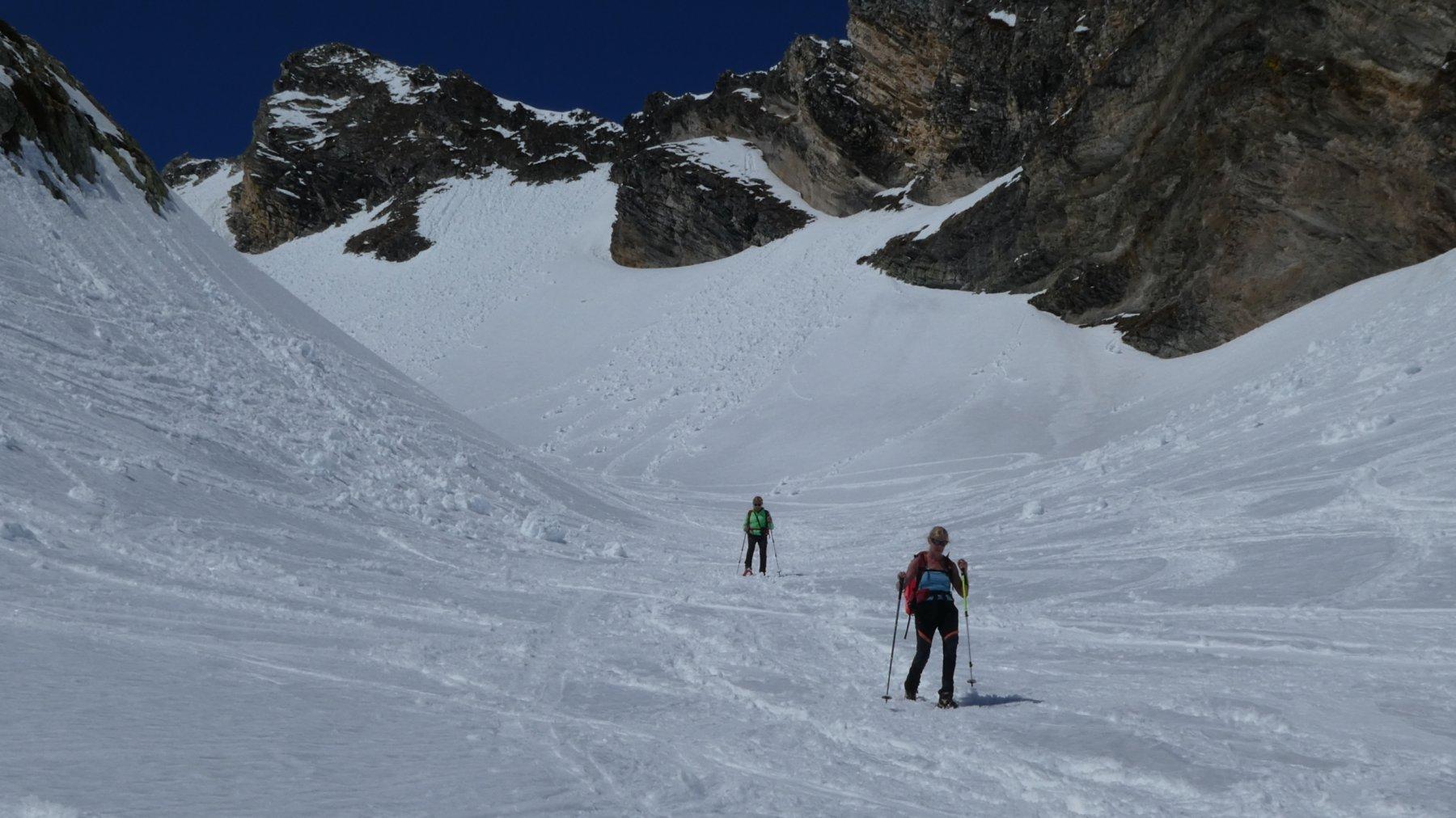 Laura e Anna Maria in discesa verso l'alpeggio Montagna Baus