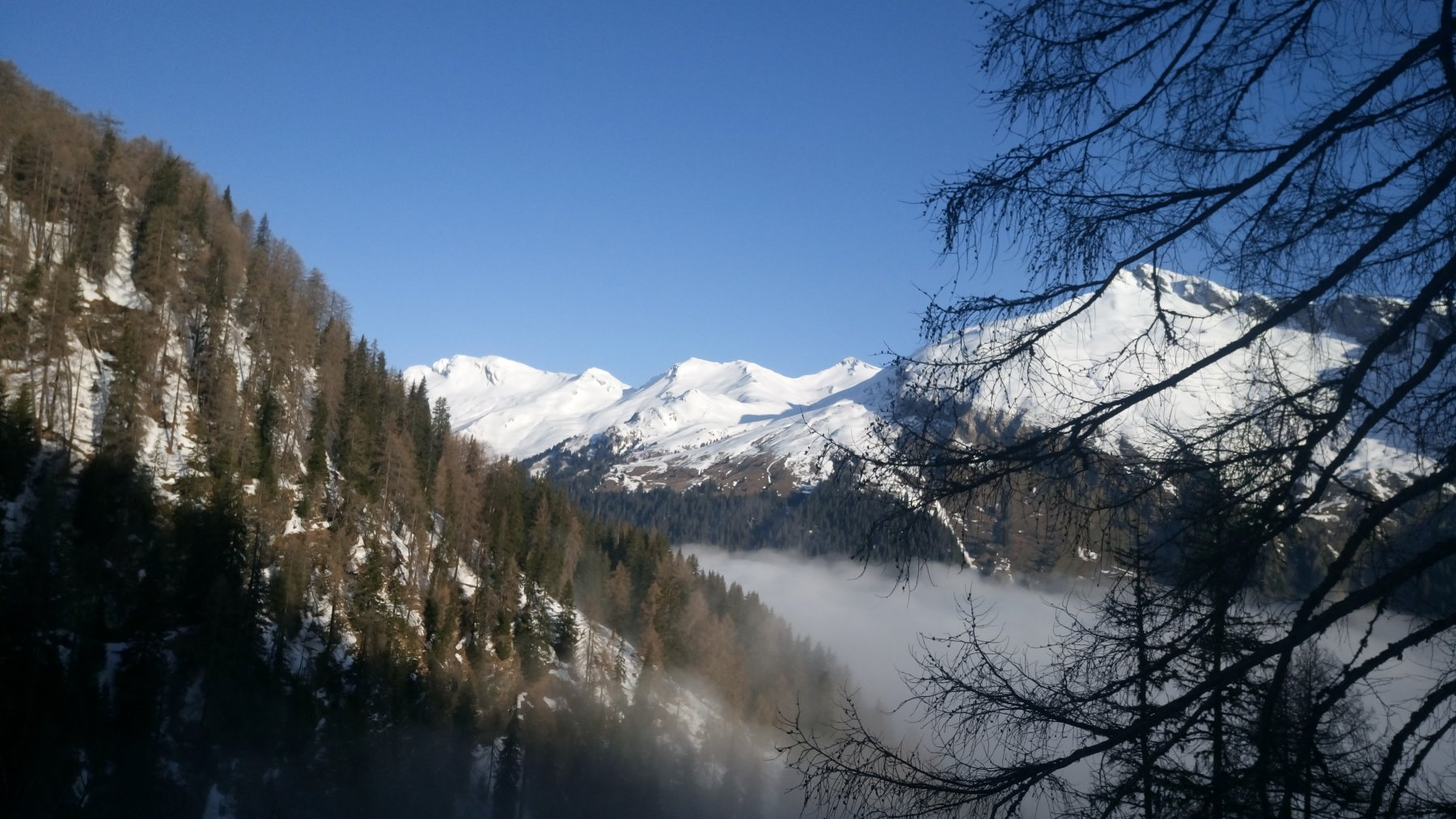 Vista dal sentiero verso le montagne sopra Nufenen