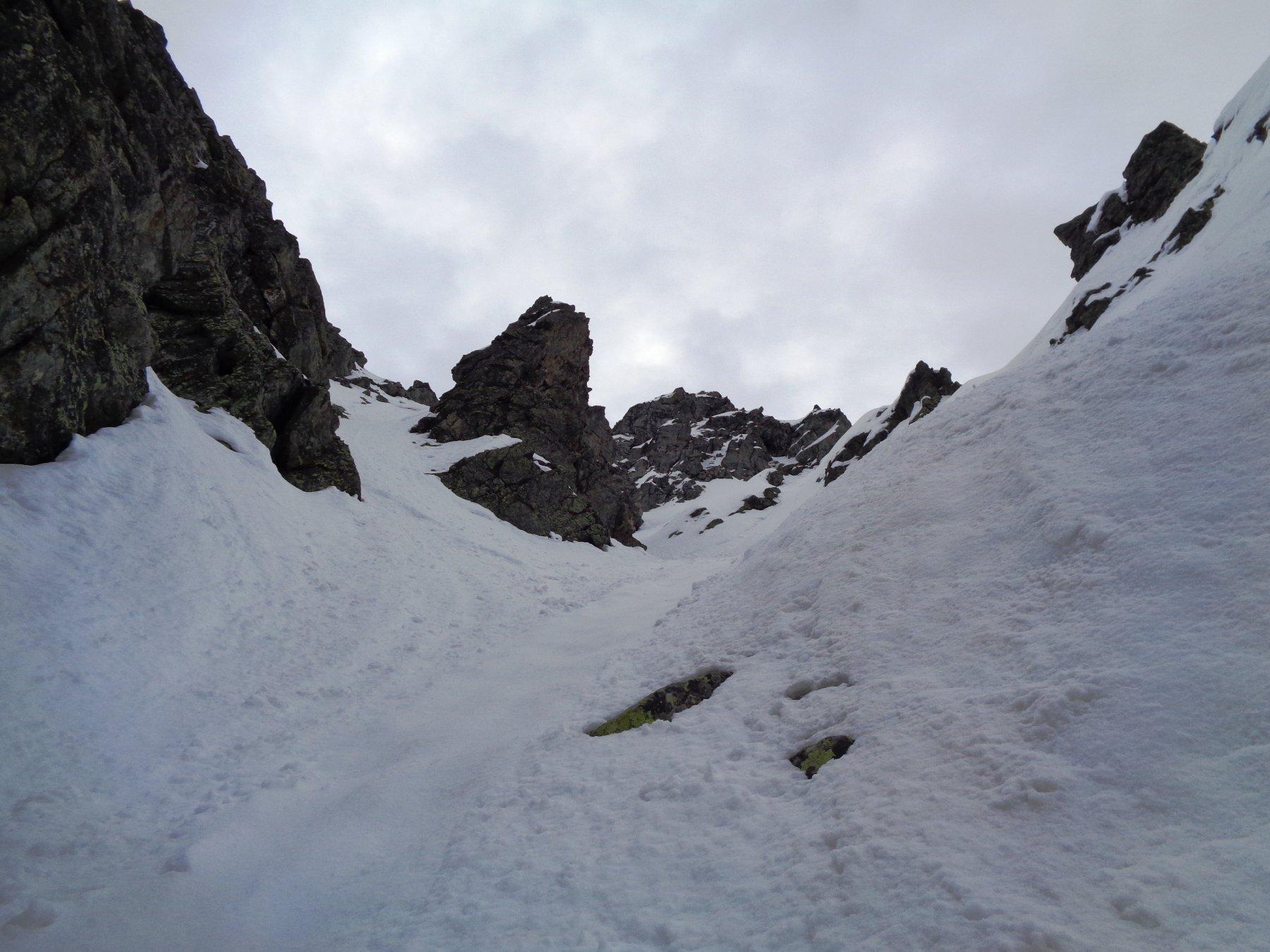Al termine della parte in ghiaccio il canale prosegue a dx del dente roccioso