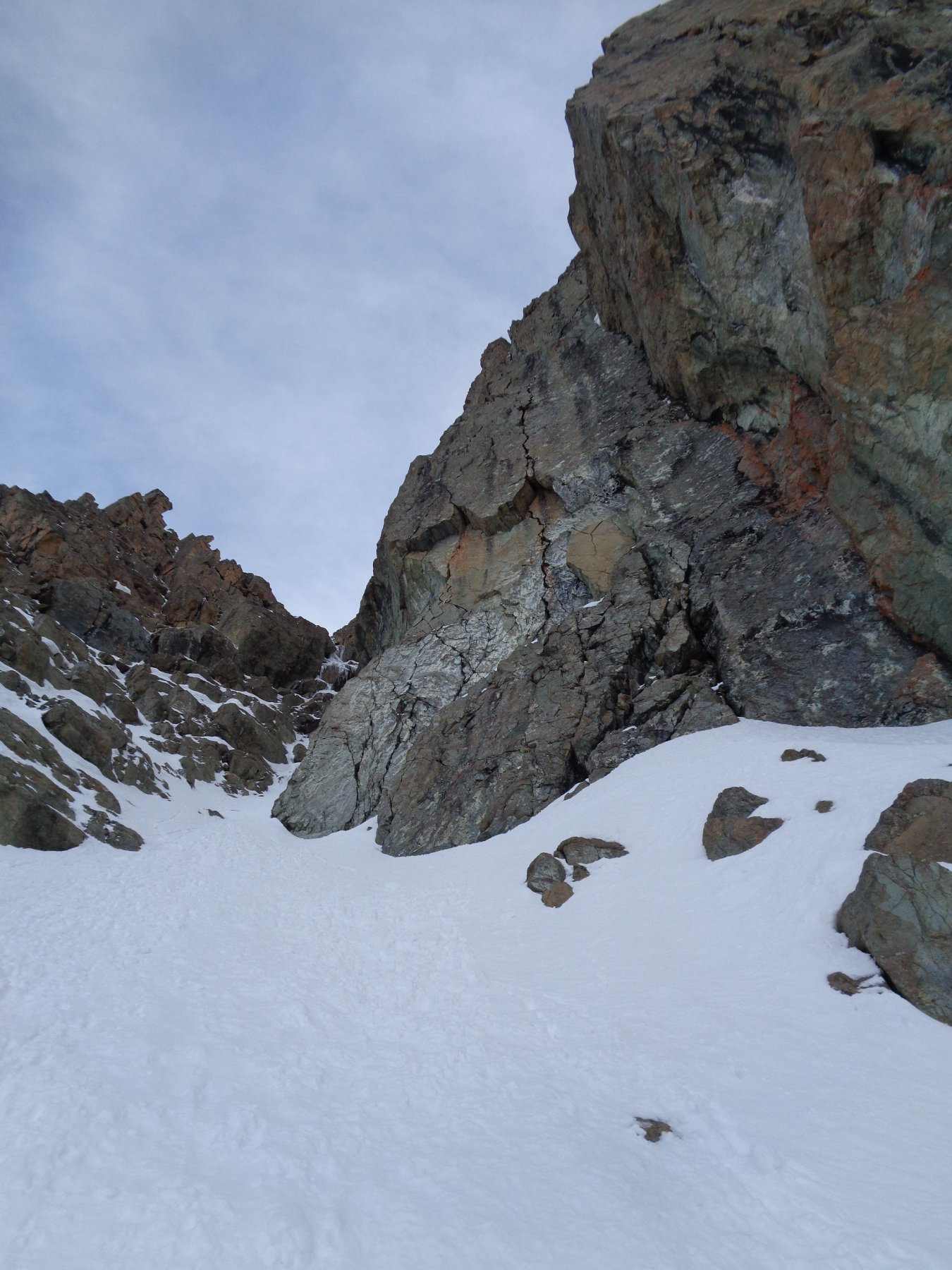 In vista della prima strozzatura, in alto al centro il diedrino ghiacciato crux della via