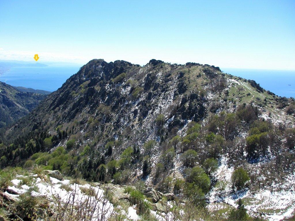 La dorsale che conduce al monte Rama, sullo sfondo vetta di Portofino