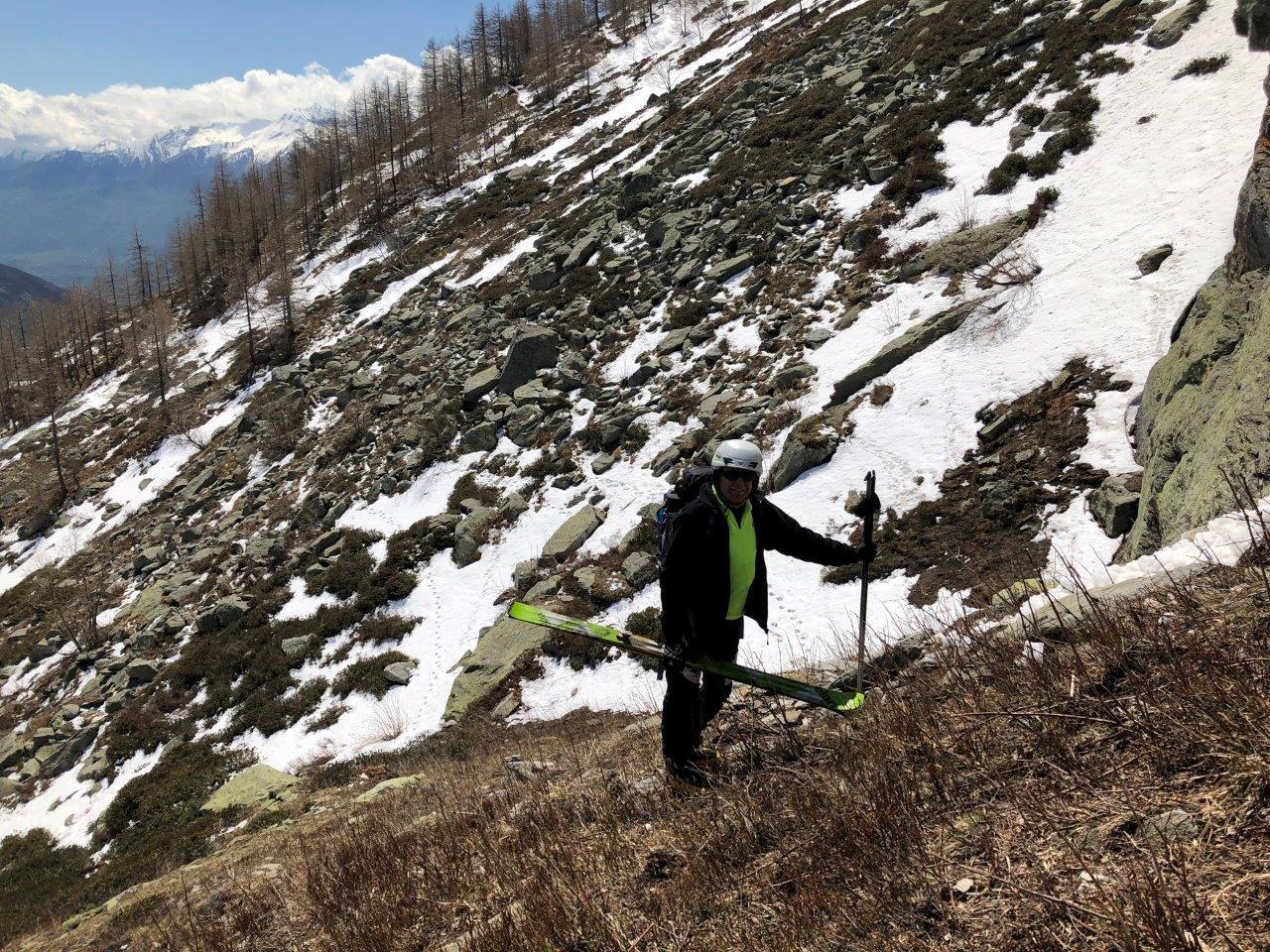 raggiungiamo l'ultima lingua di neve che ci permette di scendere fino a 1900 m ca.