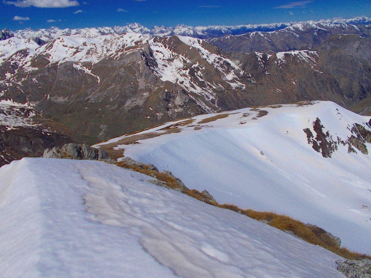 la cima del Monte Castello a dx , vista dalla quota 2365