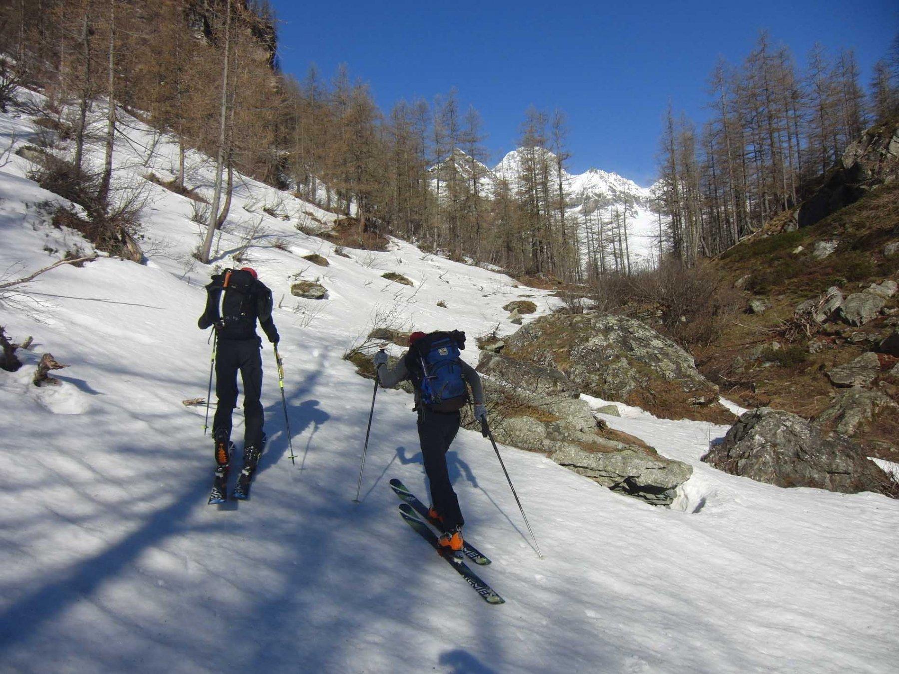 In sci dietro Rocca Nera