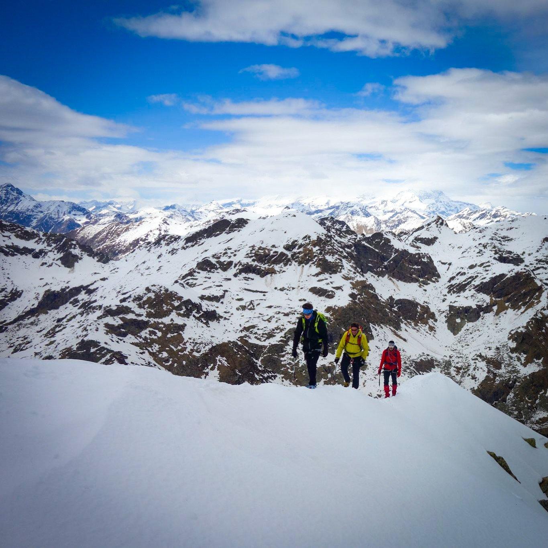 In cammino sulla stretta cresta nevosa verso la cima