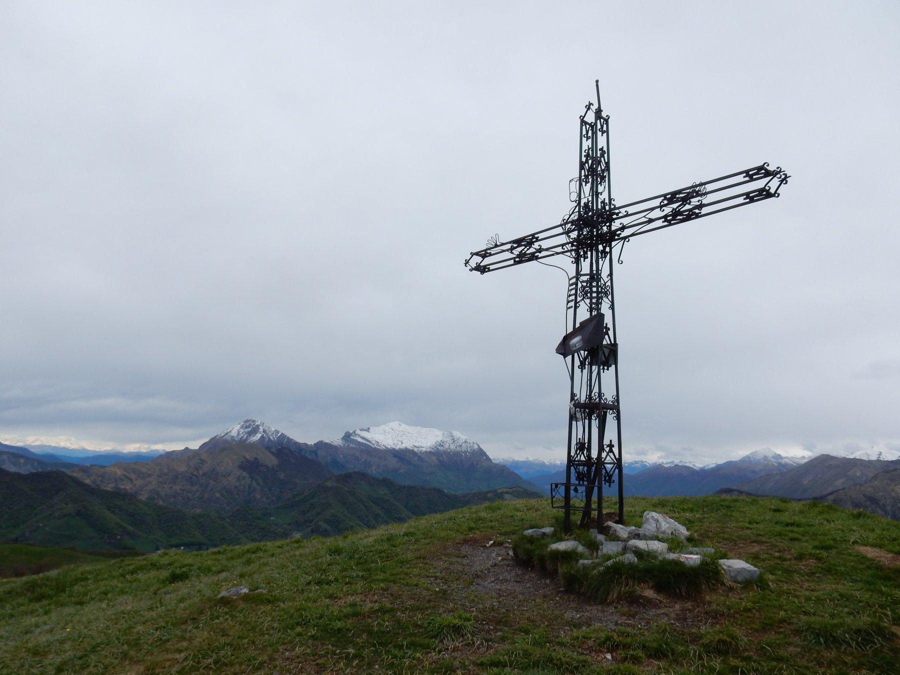 Croce dello Zuc de Valmana 1546mt. e Grigne imbiancate all'orizzonte