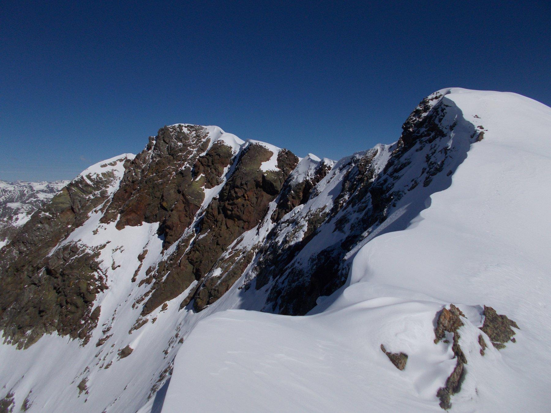 gran parte del percorso di cresta dalla massima depressione tra le due cime..