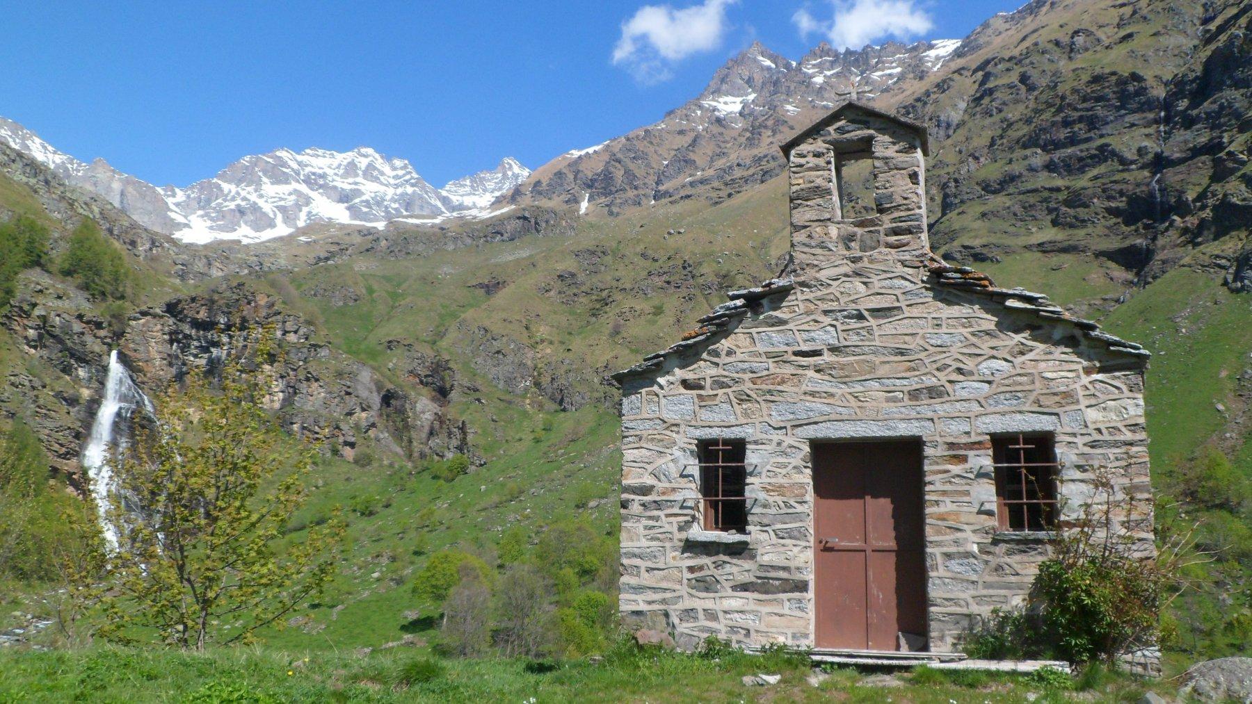 Chiesa a Borgo Vecchio - la cascata del Roc, i Denti del Broglio e la Becca di Monciair
