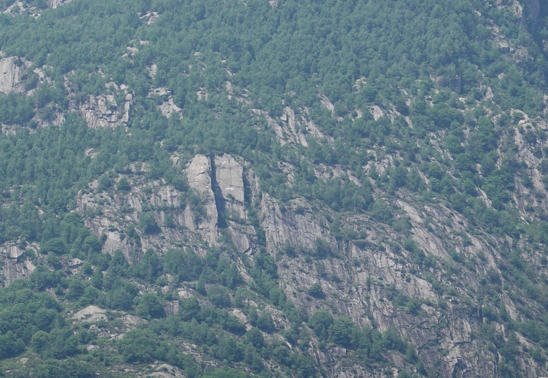 Il pilastro visto dalla valle: è la struttura al centro-sinistra della foto