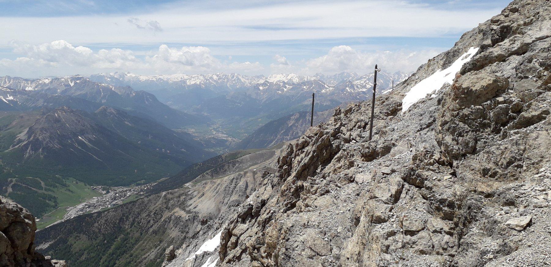 Vista sulla valle. A dx i pali della vecchia linea telegrafica