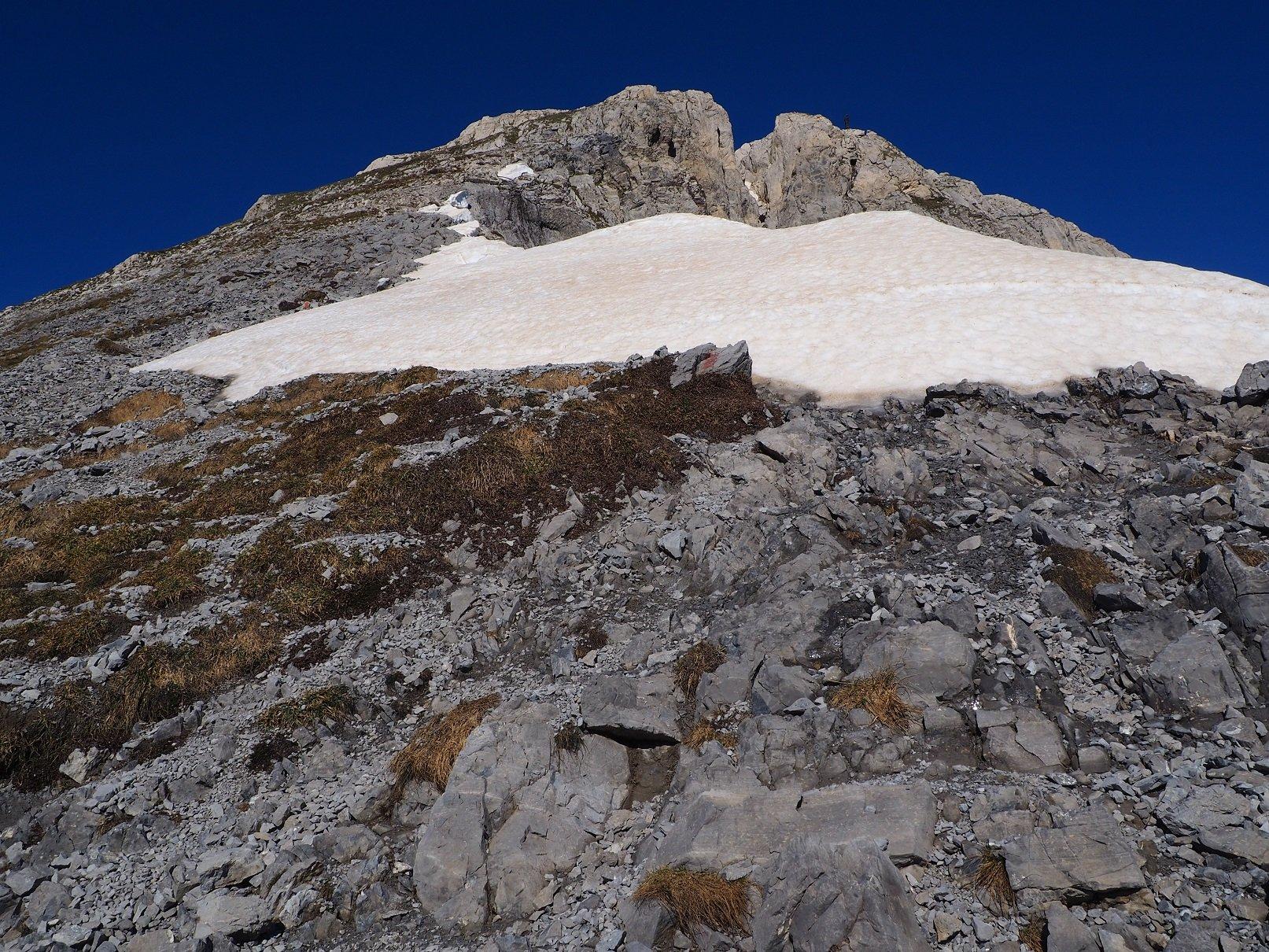 A poca distanza dalla vetta un nevaio che, comunque, si evita senza problemi.