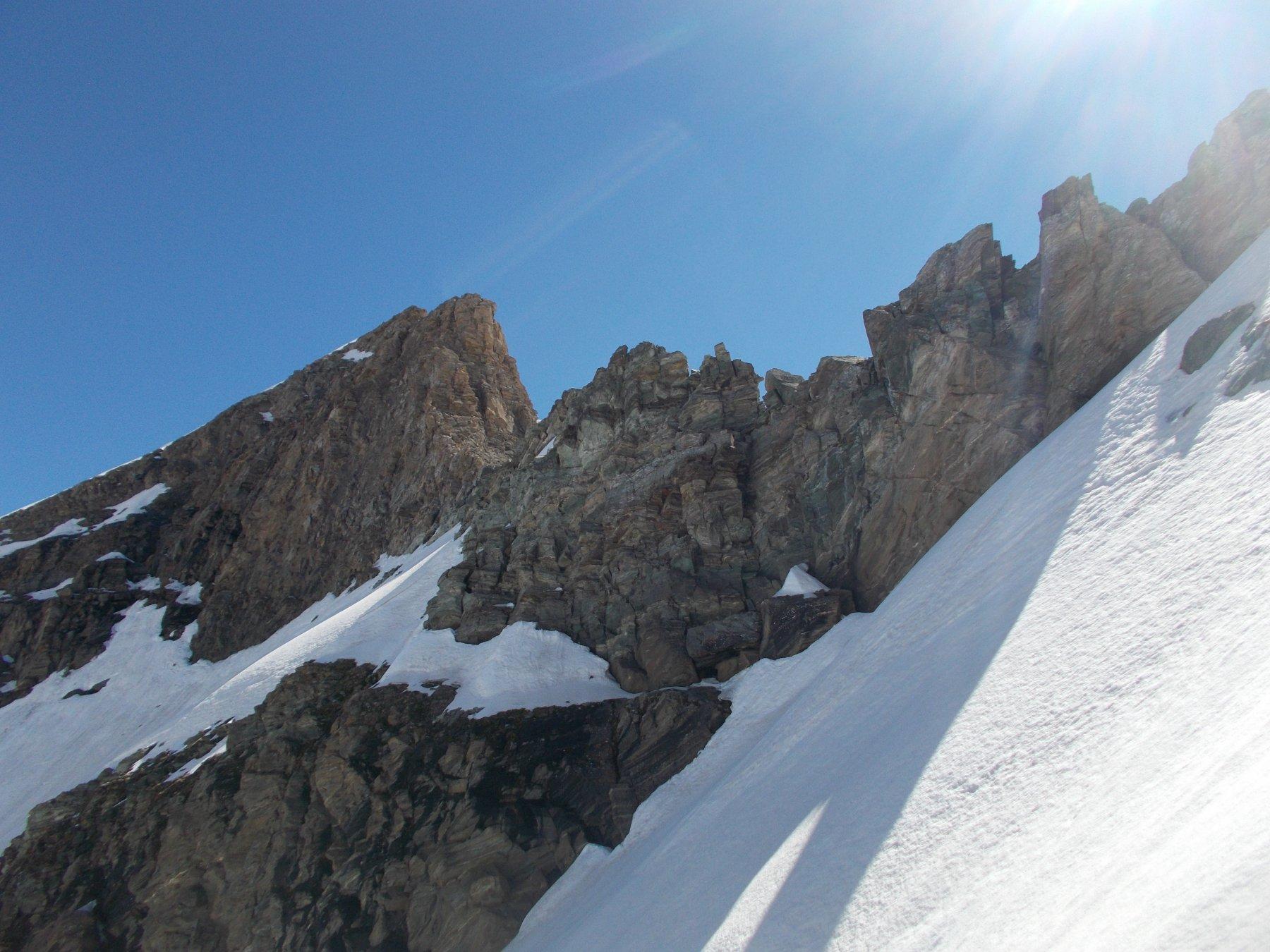 la cresta salita come appare dal lato nord.. ripresa nella fase di risalita al colle..