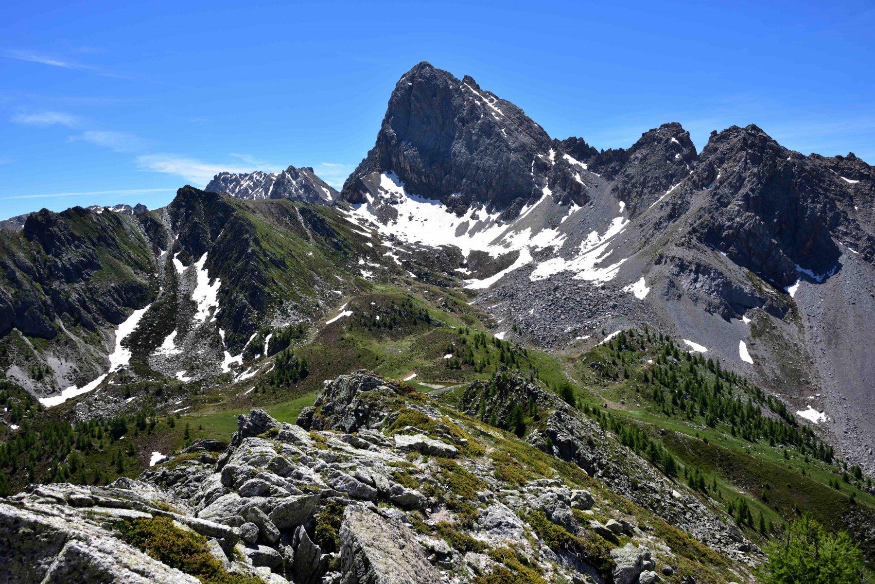 La cresta di salita e Rocca La Meja dalla vetta della Q.2401