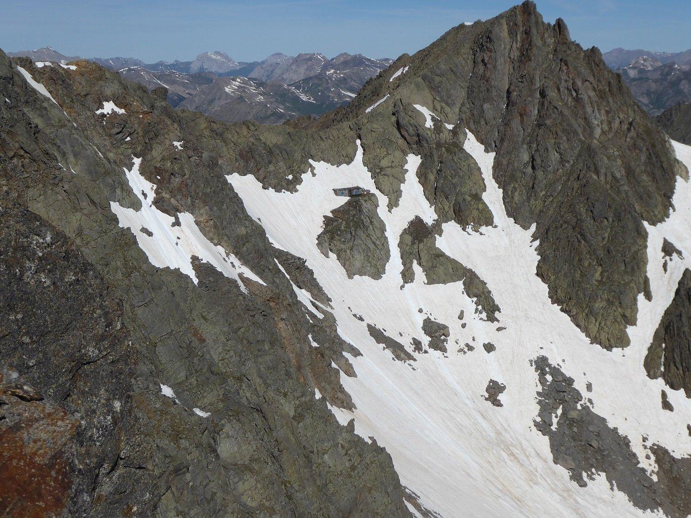 Il Passo Tenibres con la casermetta visti salendo al Tenibres.