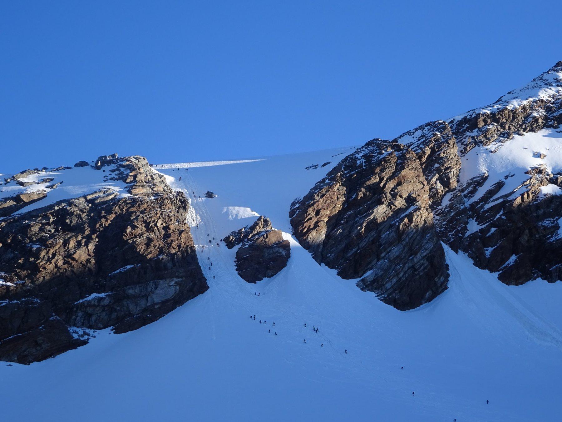 Il canalone che adduce al ghiacciaio del Lys, oggi molto affollato