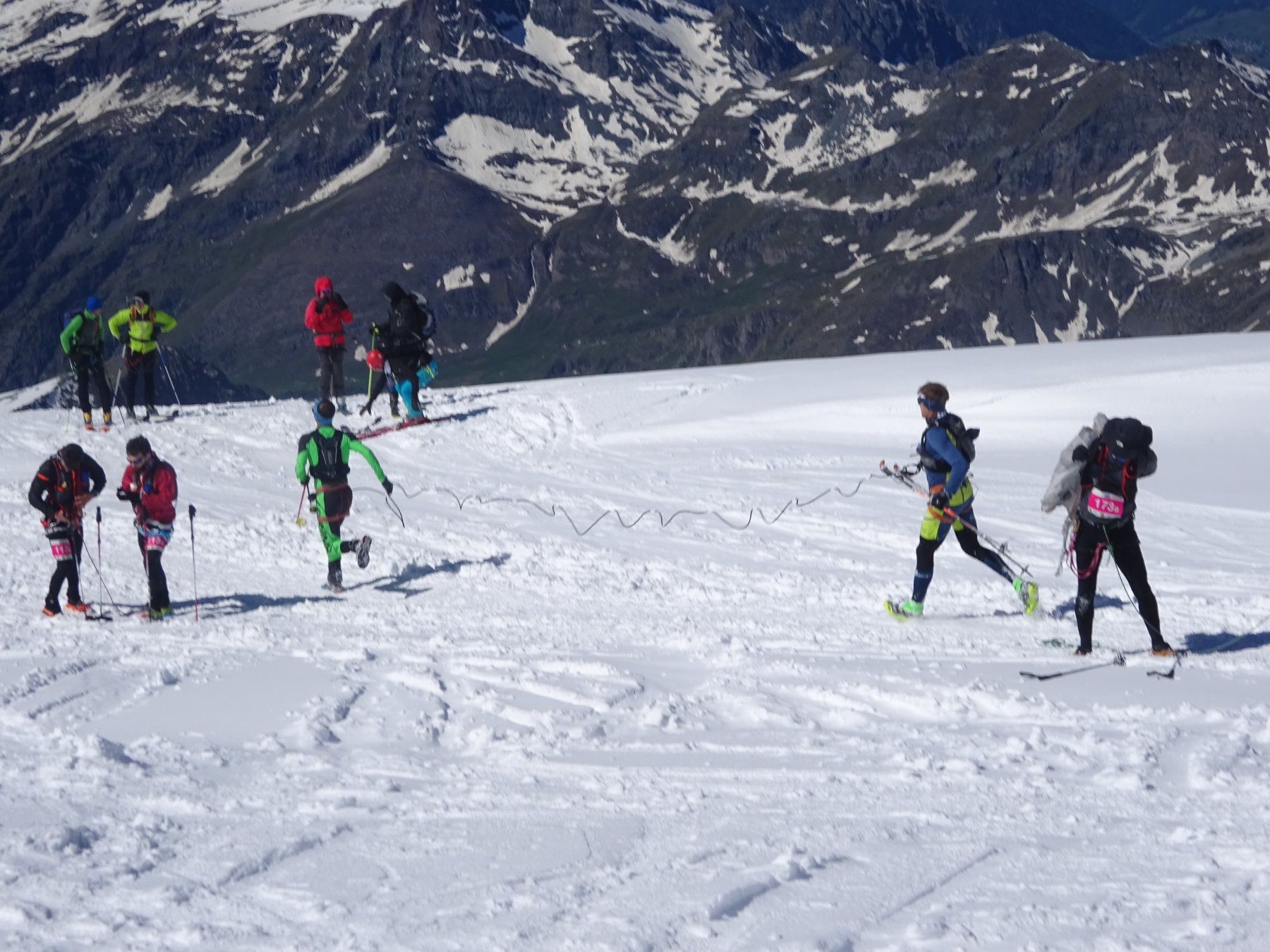 atleti in discesa di corsa