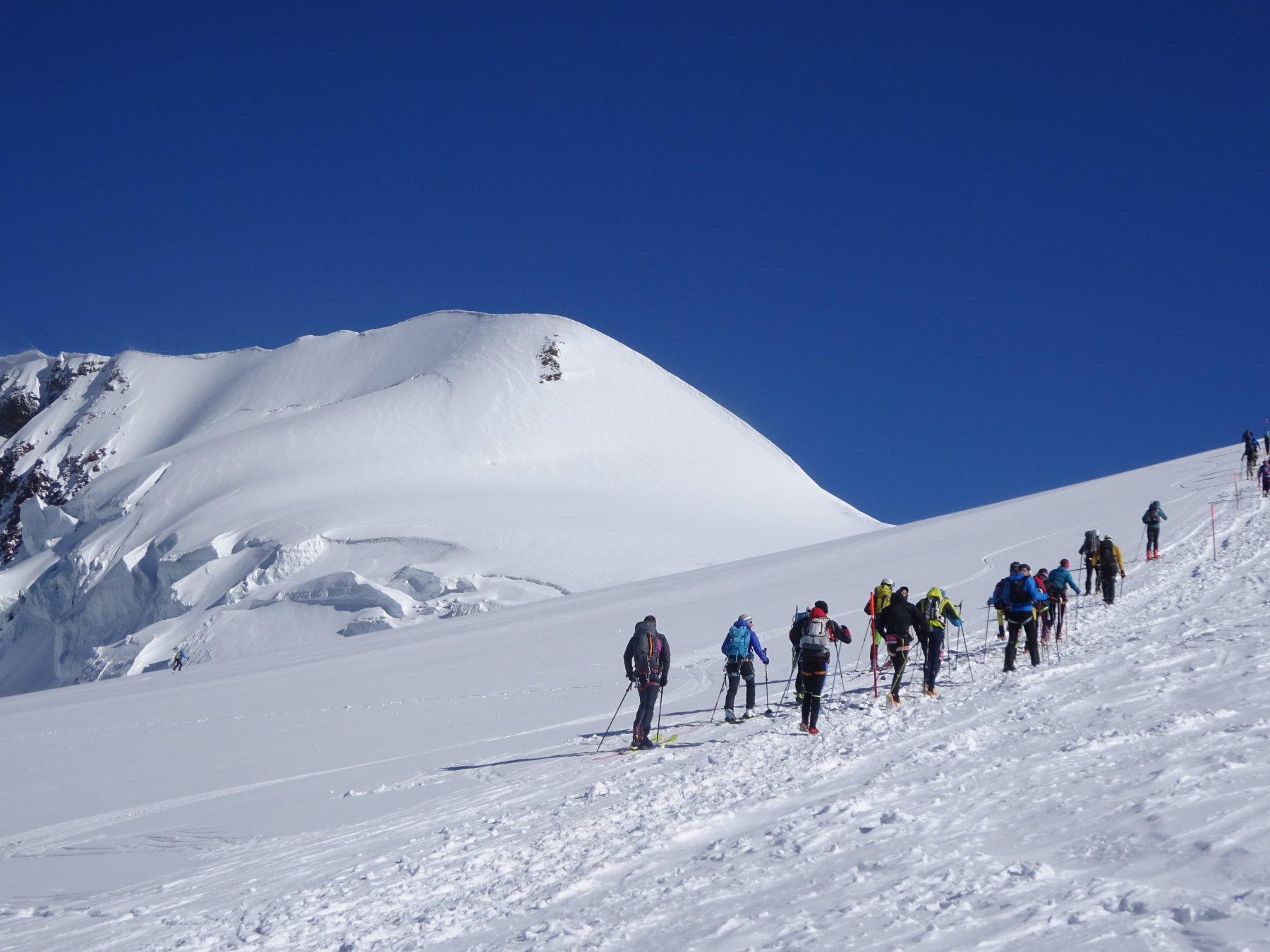 atleti, sci alpinisti ed alpinisti in salita verso il colle del Lys