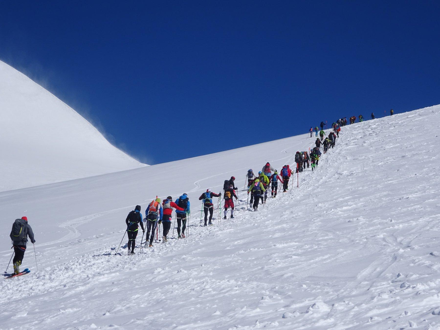 ancora atleti, sci alpinisti ed alpinisti in salita verso il colle del Lys
