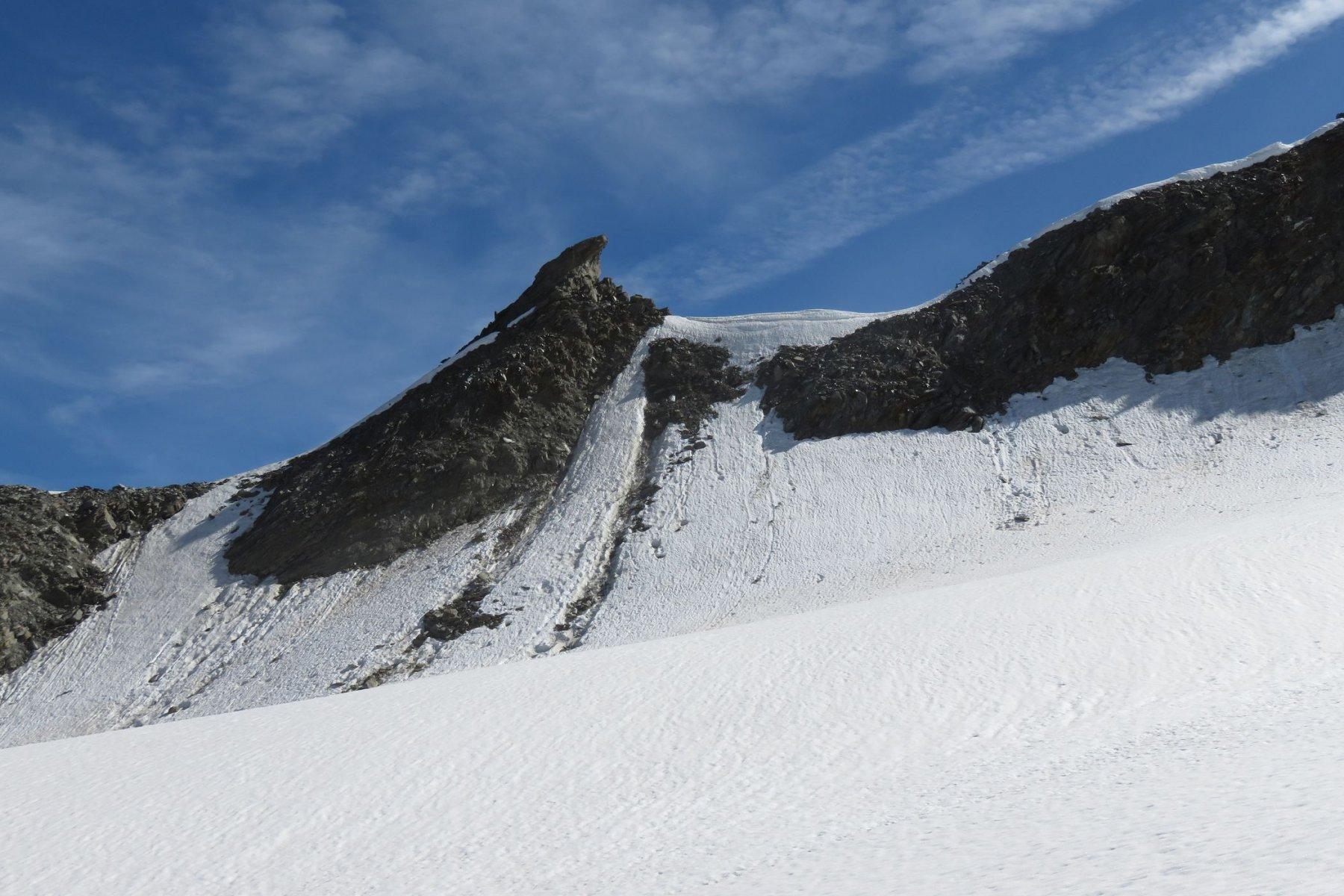il breve pendio per raggiungere la cresta visto dal ghiacciaio