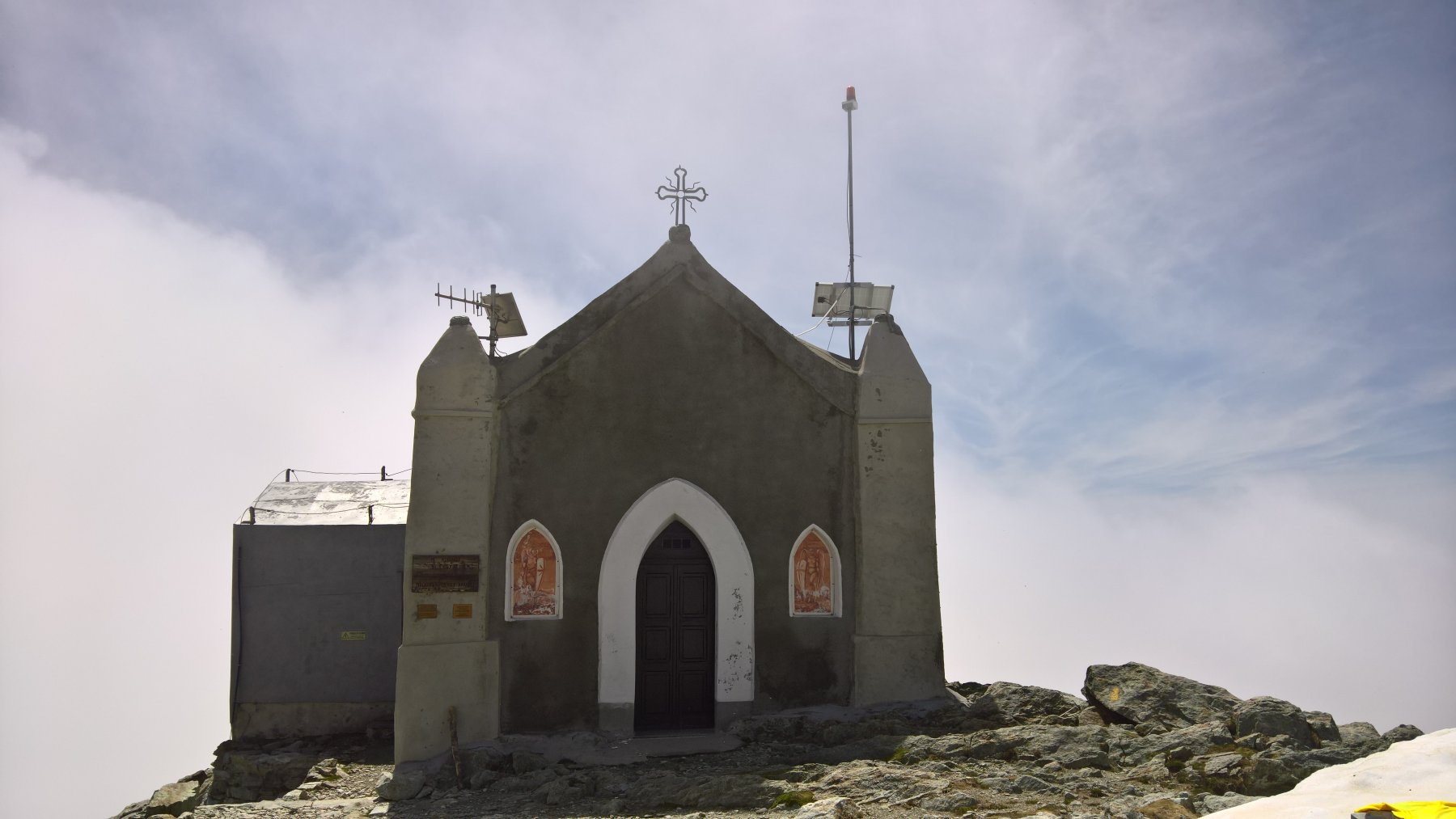la chiesetta dedicata alla Madonna degli Angeli sulla cima del Monte Robinet