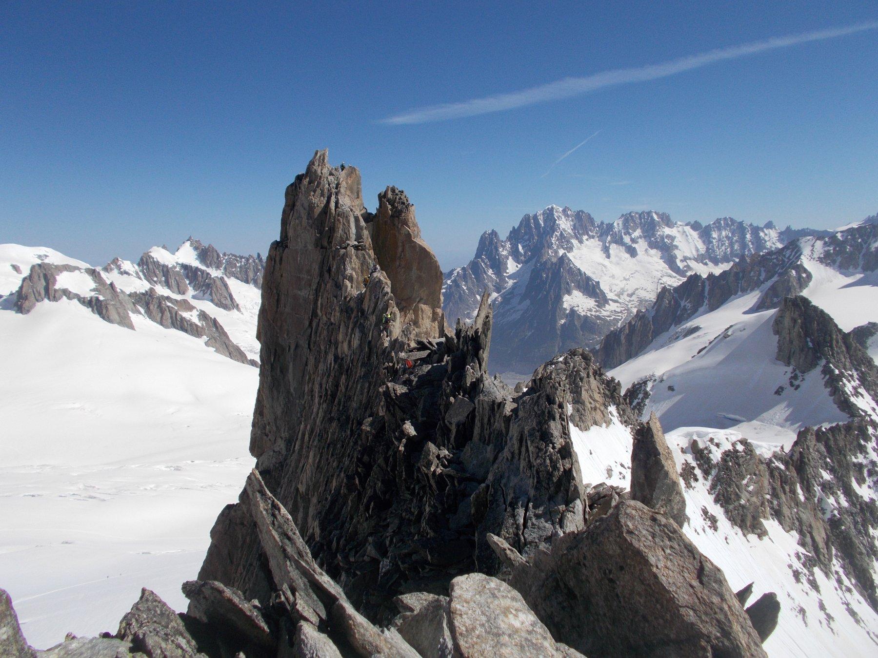 la restante parte da scalare della cresta di qui' molto estetica e suggestiva nonche' parecchio aerea..