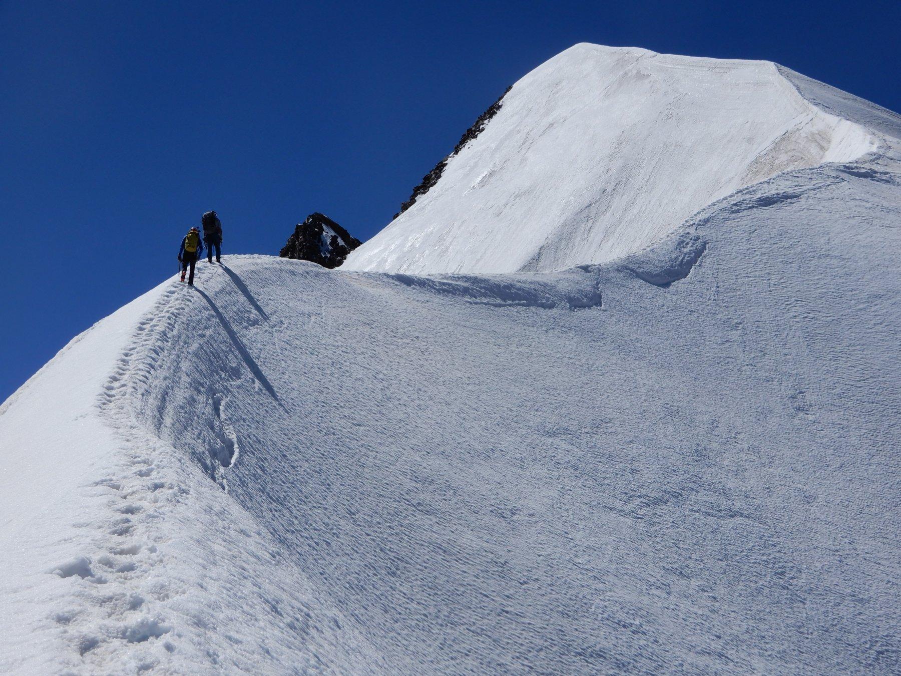 Alberto e Ferruccio a fil di cielo nella sezione nevosa della cresta