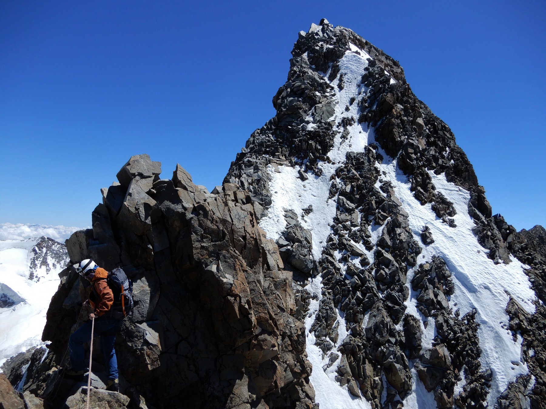 Lungo la frastagliata cresta rocciosa tra Pizzo Bianco e Bernina