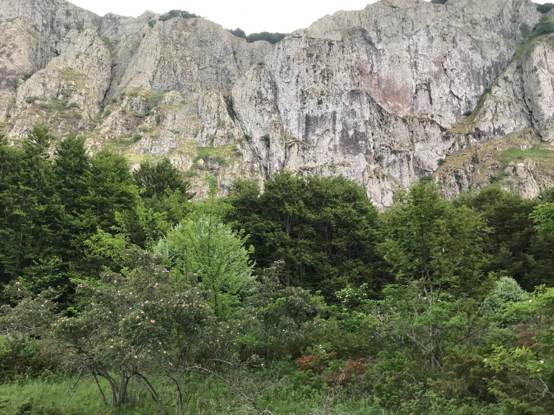 La parte centrale della Rocca del Prete da sotto
