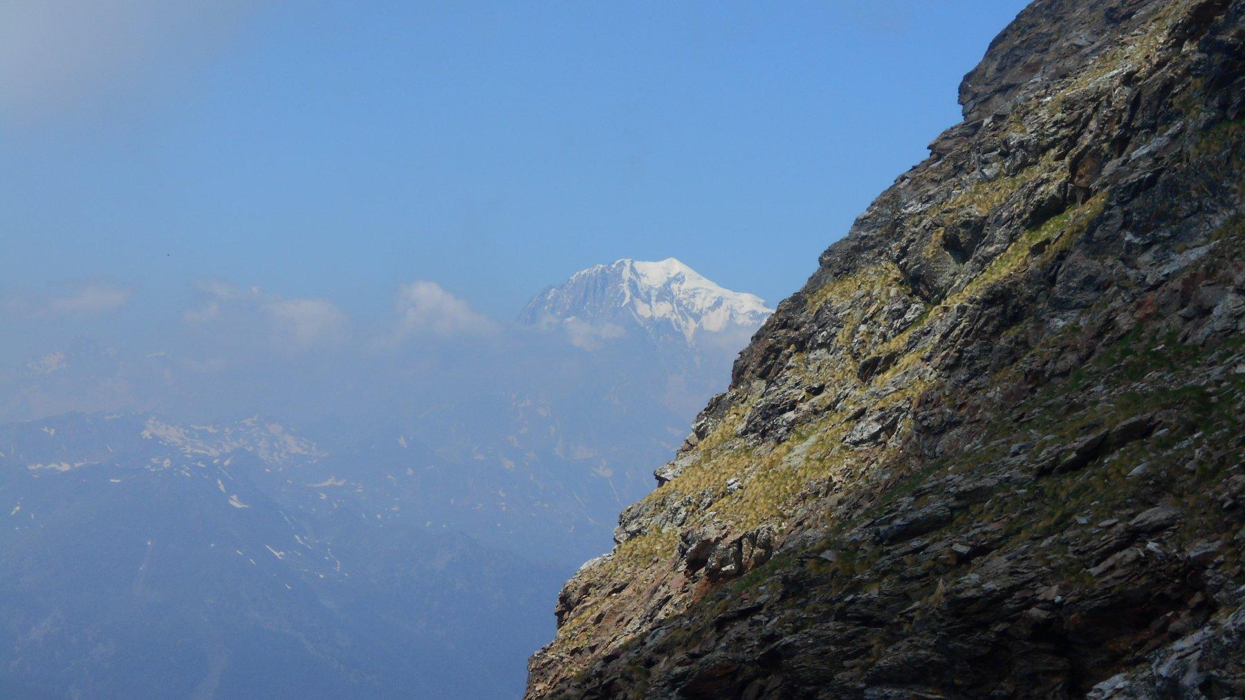 il M. Bianco appare dietro alla cresta della Becca di Viou durate la salita