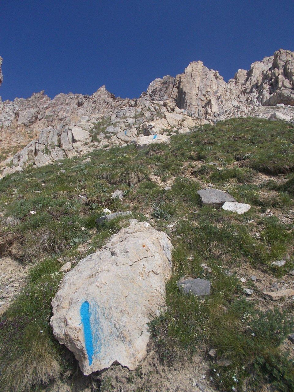 le tacche blu dell'itinerario di salita