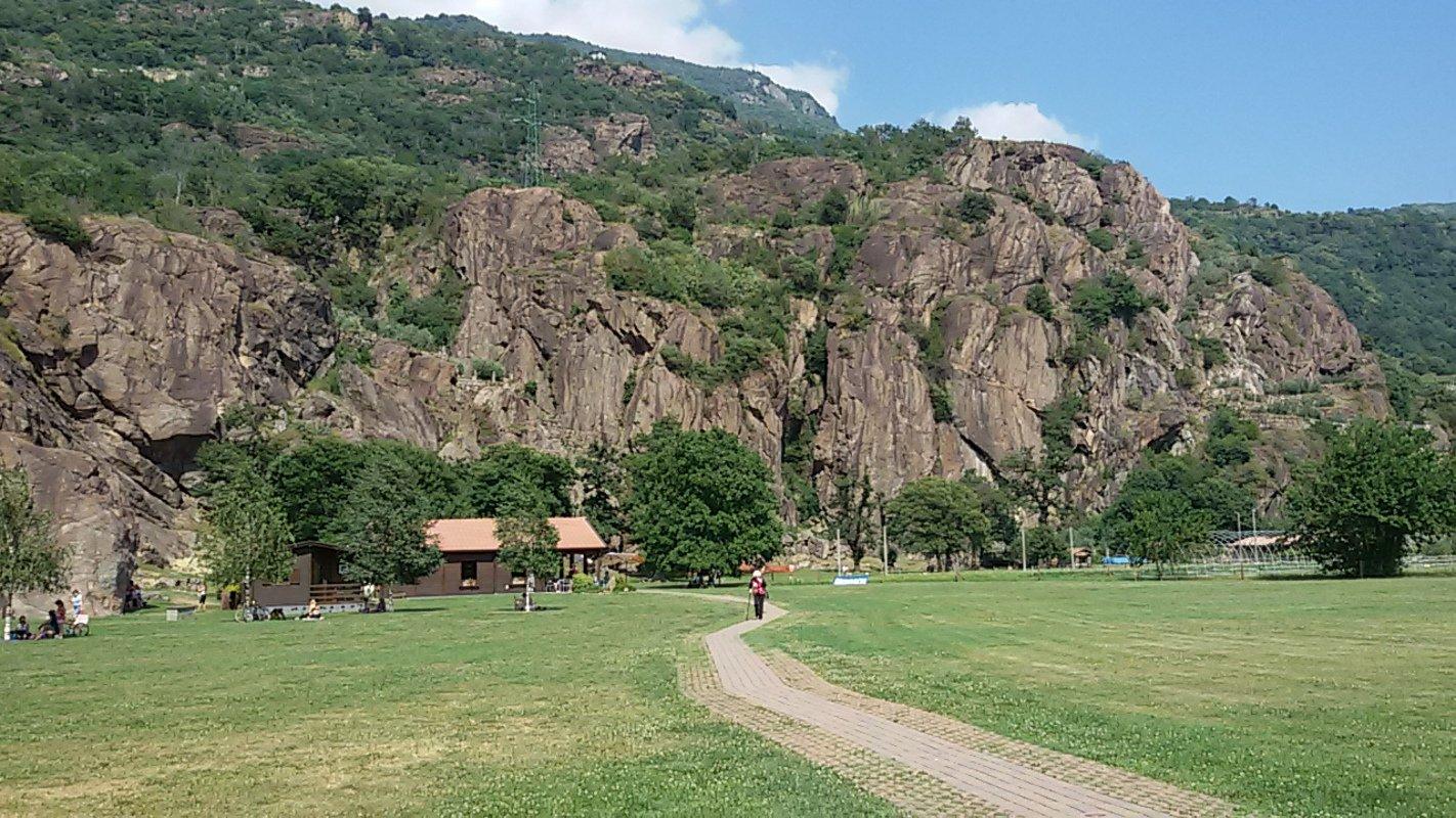 Foto della palestra di roccia e del bar presa dal parcheggio.