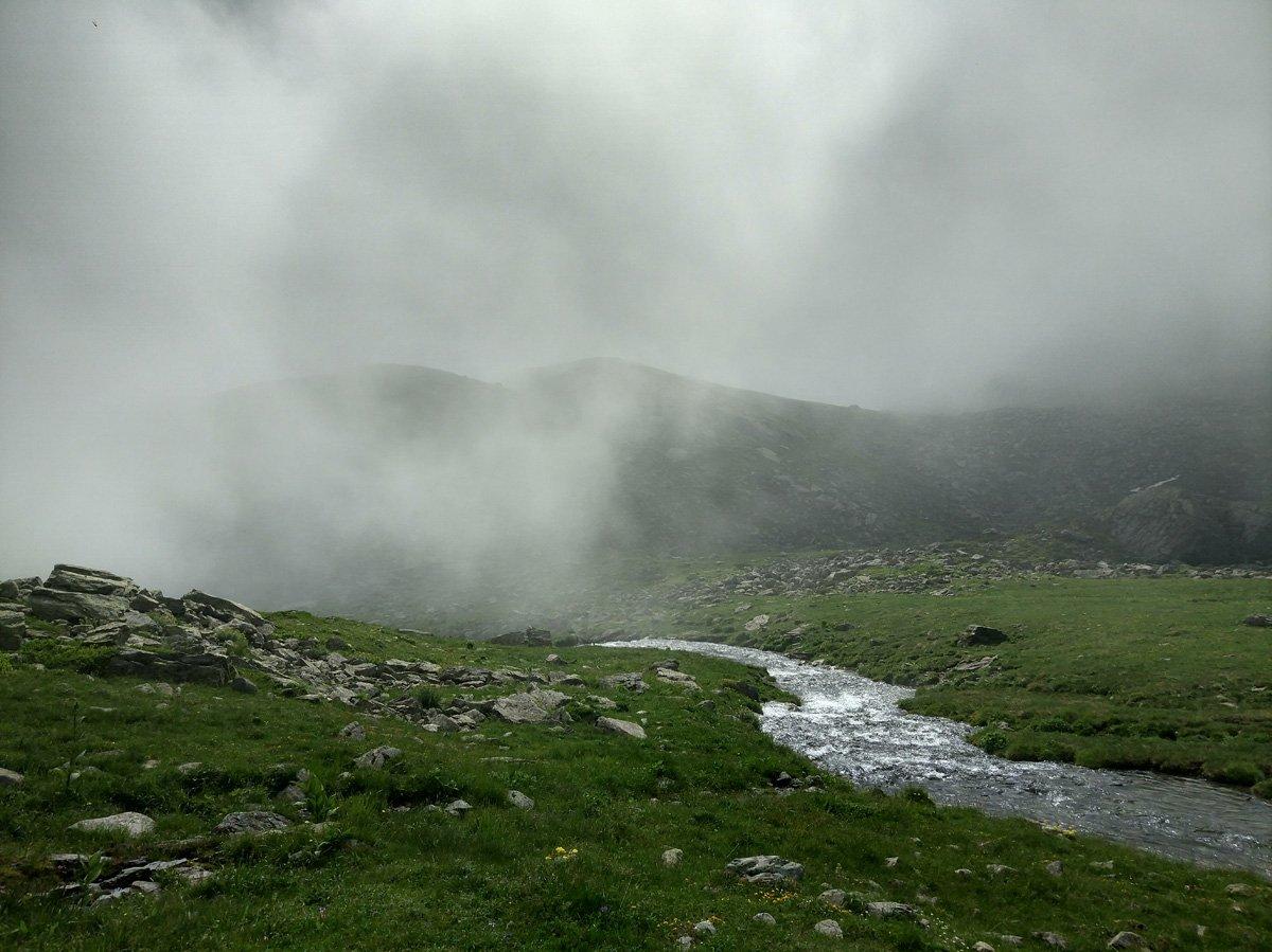 Nubi basse sul pianoro sotto il rif. Alpetto