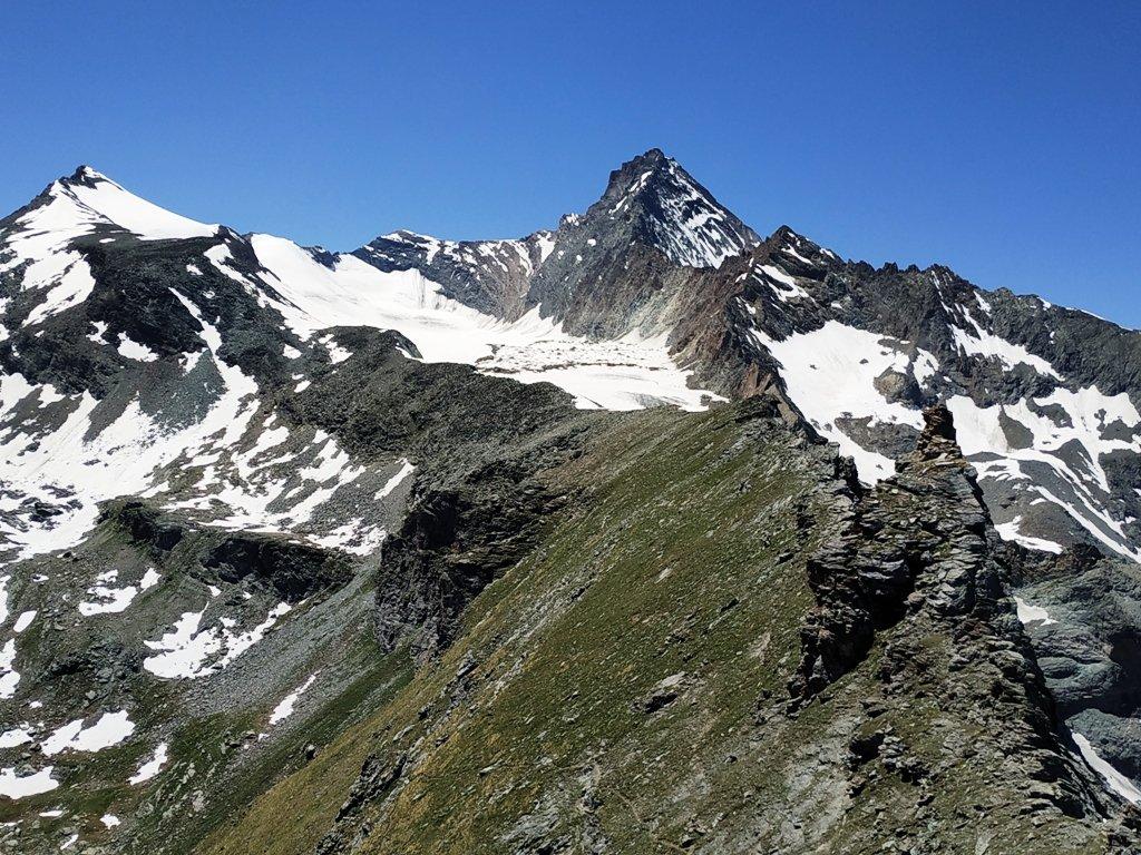 Pendio finale di salita e gruppo della Grivola. Comodo sentiero fino alla base della cresta rocciosa.