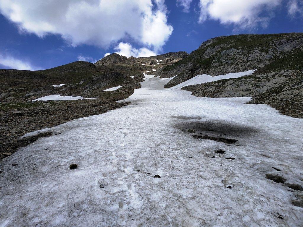 Uno dei nevai aggirato in salita poi usato in discesa.