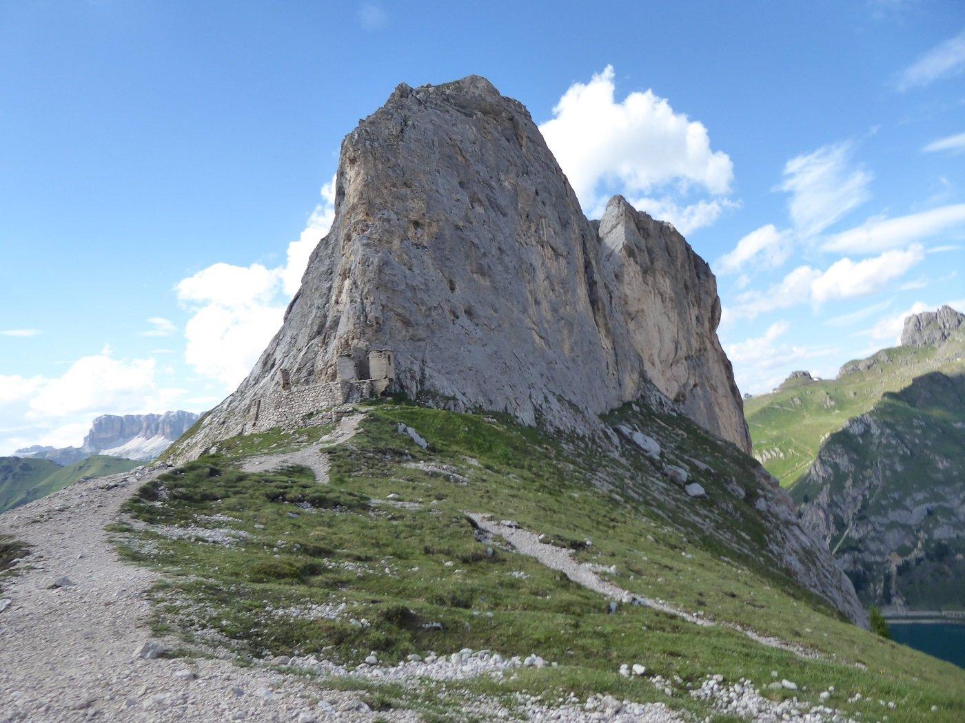 Sul sentiero che da Fedaia sale a Pian dei Fiacconi.