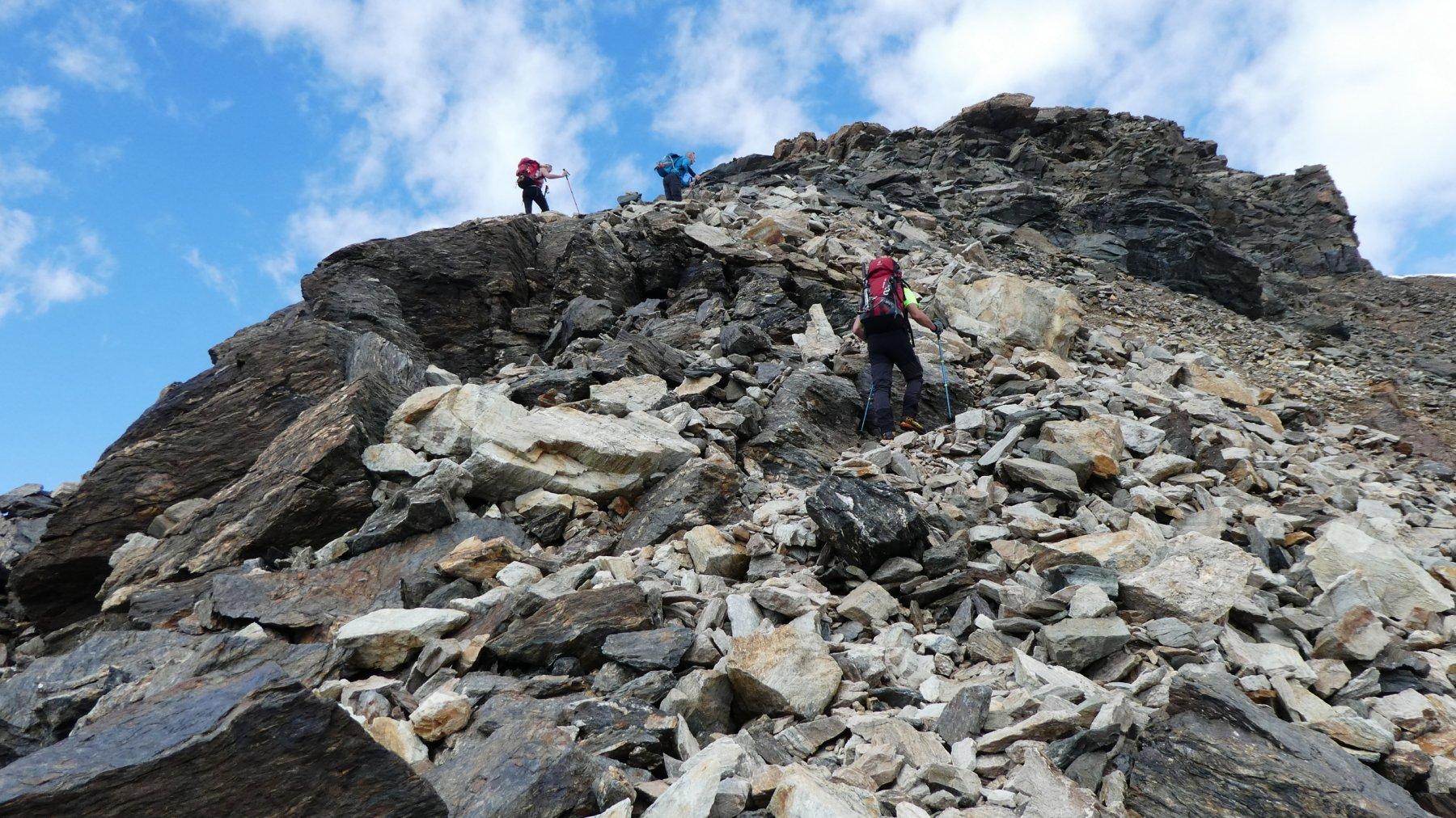 salendo lungo la cresta SE del Monte Confinale