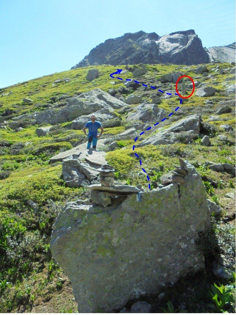 Masso con 2 ometti, il punto in cui ci si distacca dal sentiero andando a sx e passando vicino a un caratteristico piccolo menhir, cerchio rosso