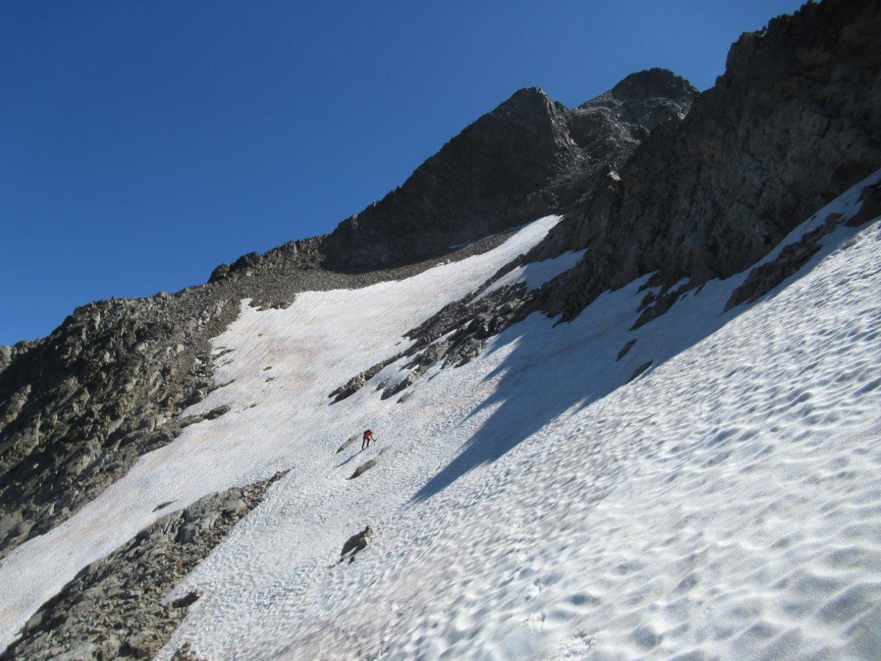 Nevati che percorriamo scendendo sotto la cresta ovest che dal Colle St.Robert sale al Gelas