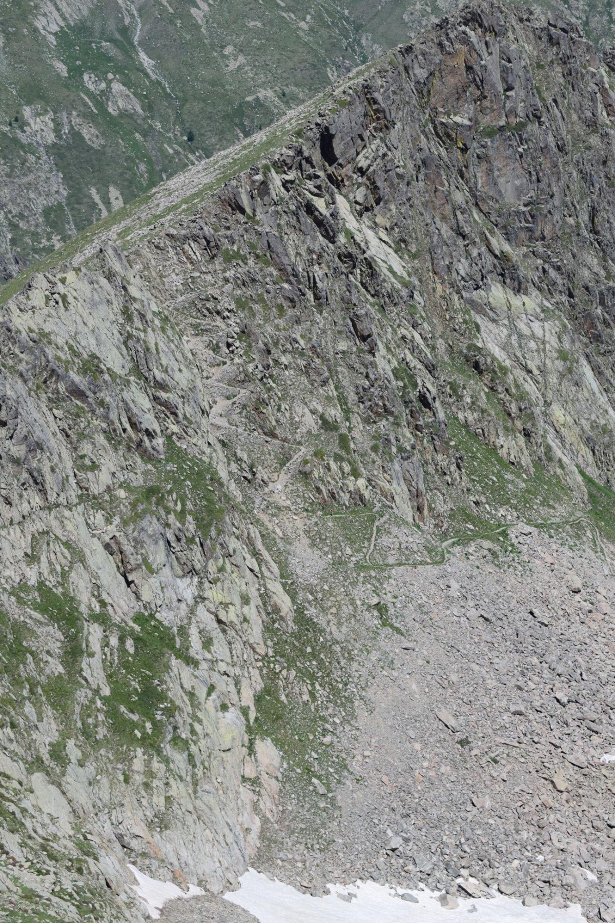 Gli ultimi tornanti del versante Est del colletto a 2560 m.