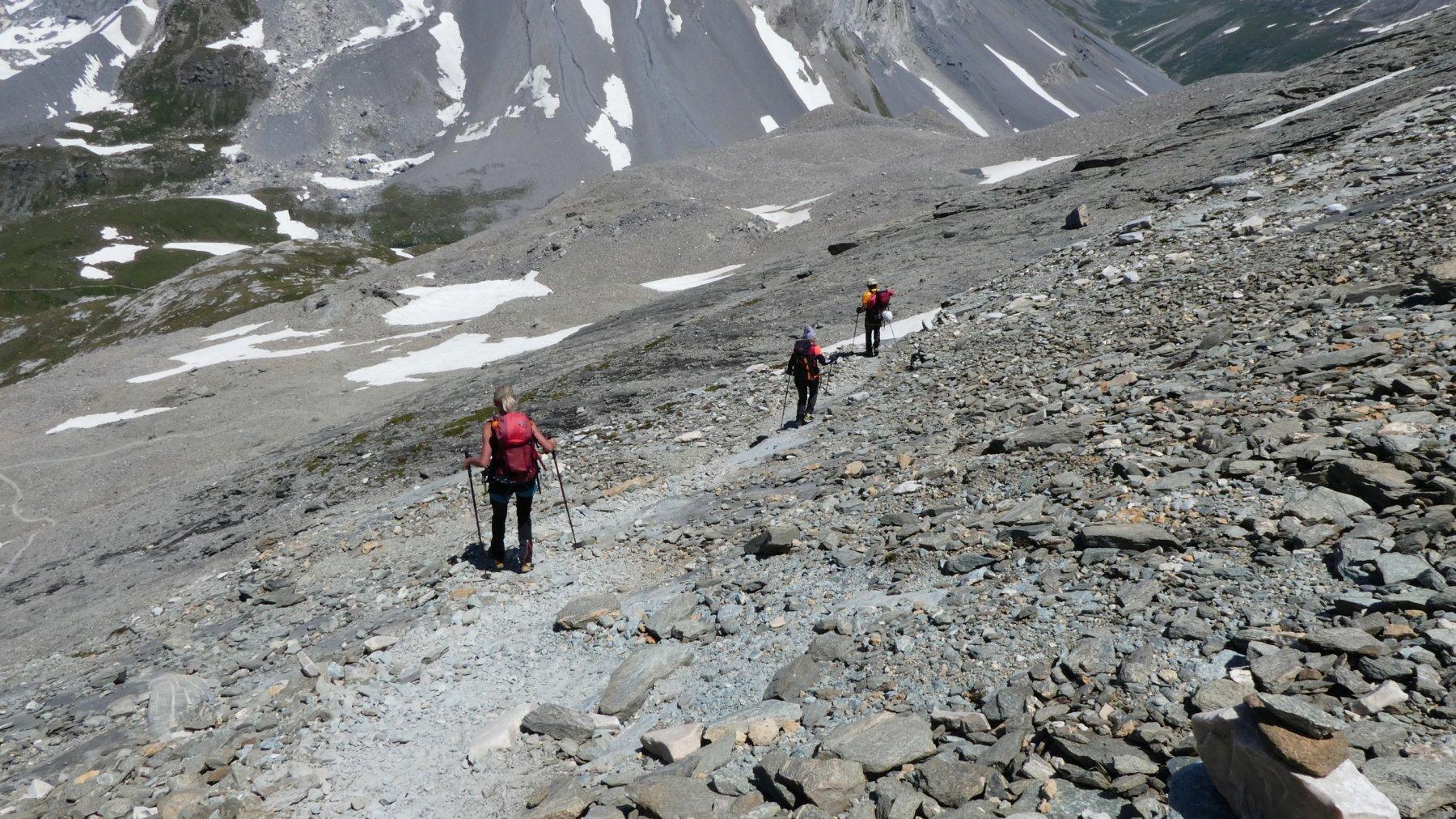 in discesa sulle vaste pietraie che portano al Refuge Col de la Vanoise
