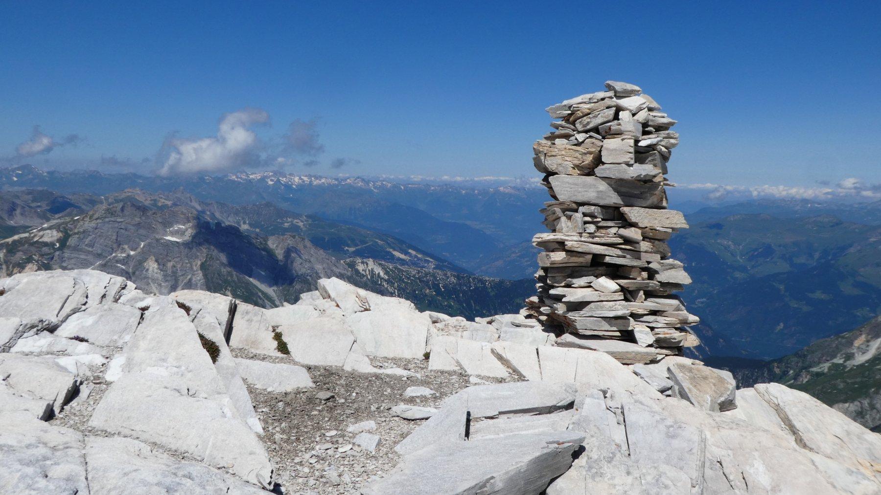 il grande ometto di pietre che si trova in cima alla Pointe du Dard