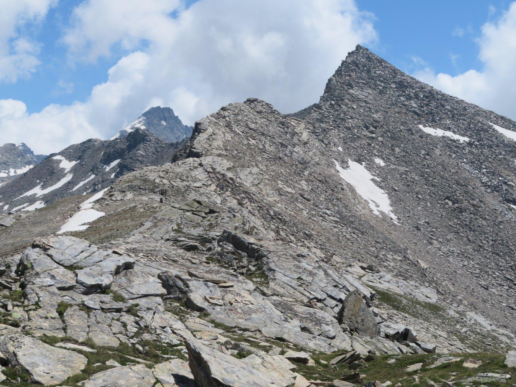 La cresta di salita, con sfondo P.ta Fourà