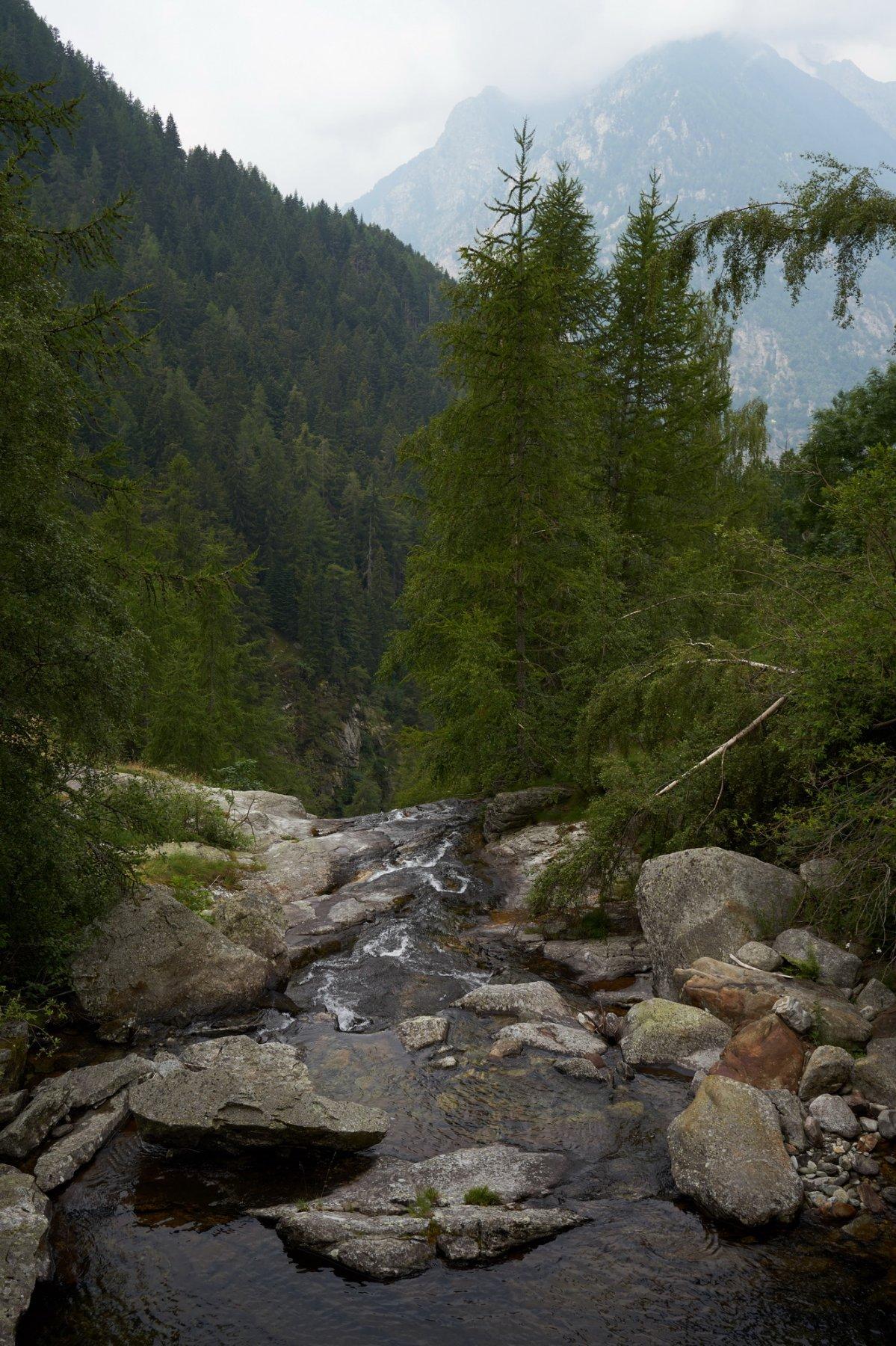 Il torrente che si getta nella cascata poco dopo la partenza
