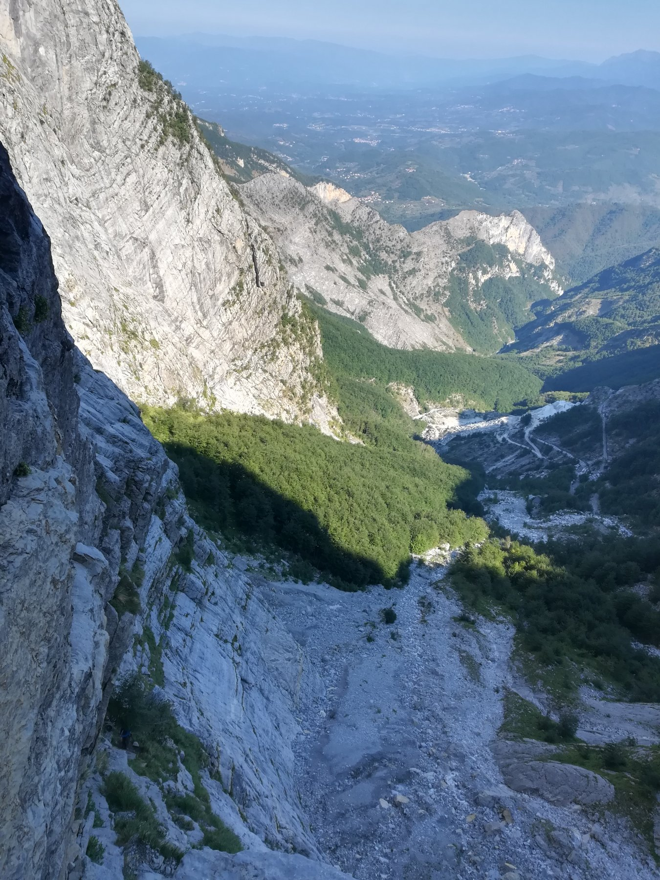 Dalla fine della rampa iniziale sguardo sulla valle del Solco d'Equi