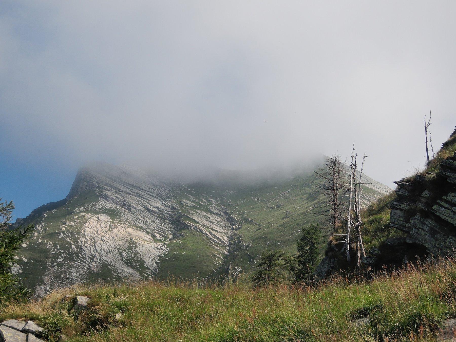 La cima avvolta nella nebbia