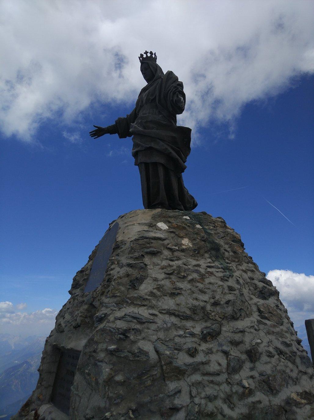 La statua della Madonna sulla vetta