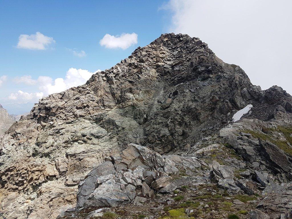La cima vista dalla cresta Ovest durante la discesa.