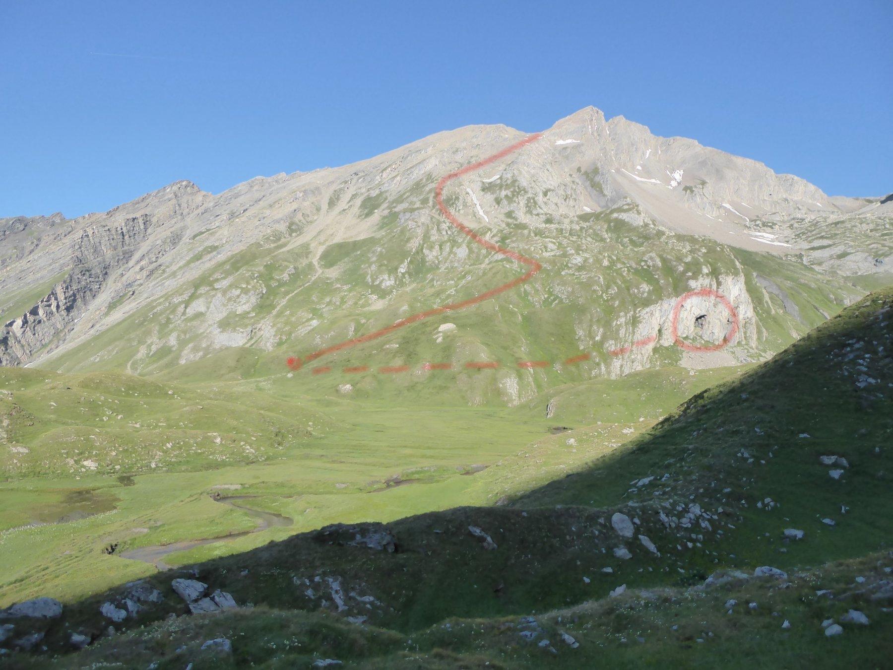 dall'alpe Bonalex e il pianoro: a destra la caverna e, circa 250 metri a sinistra, la partenza del sentiero